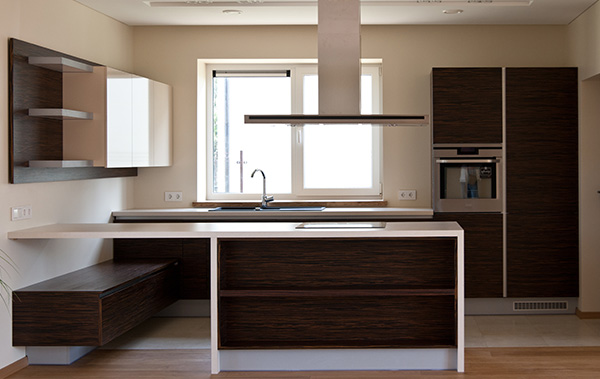 šviesi virtuvė ir baldai