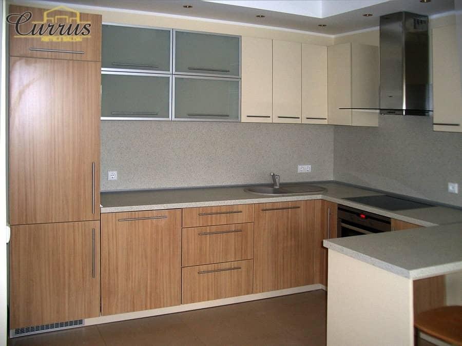 nebrangi virtuvė su baldais